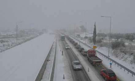 Εκτεταμένες χιονοπτώσεις με εξαίρεση τη Δυτική Στερεά – νέα απαγόρευση στην Αθηνών – Πατρών