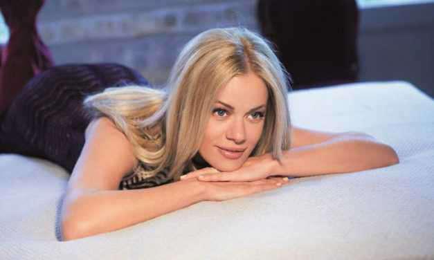 Η Ζέτα Μακρυπούλια ποζάρει στο κρεβάτι πιο σέξι από ποτέ!