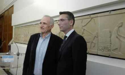 Η Βουλή των Ελλήνων υποδέχθηκε τη γλυπτή ζωφόρο του Χρήστου Καπράλου