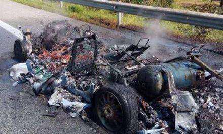 Τίποτα δεν απέμεινε από αυτοκίνητο που άρπαξε φωτιά στην Ιόνια (ΦΩΤΟ)