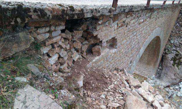 Θύμα αρχαιοκαπηλίας έπεσε το πέτρινο γεφύρι στη θέση Διποταμιά!