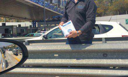 Αμετανόητοι οπαδοί του Αρτέμη Σώρρα μοιράζουν φυλλάδια στα διόδια