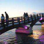Στα χρώματα του μωβ φωτίστηκε η γέφυρα Λευκάδος (φωτο)