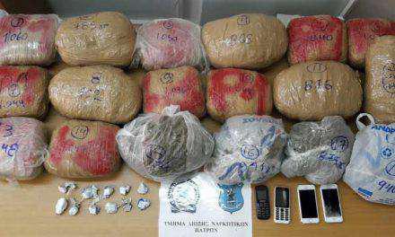 Στα χέρια των αστυνομικών ανήλικοι διακινητές ναρκωτικών (φωτο)